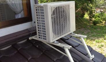 室外機を架台で屋根に固定します。